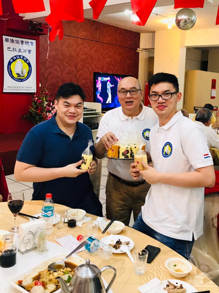 朱榮卿(中)特地準備蛋糕送給每位嘉賓,並鼓勵僑界青年踴躍參與僑團活動。