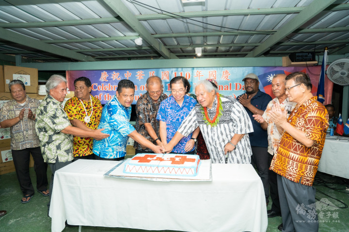 馬國總統柯布亞、大酋長、同鄉會會長林學銘及在場馬國政要一同切國慶蛋糕