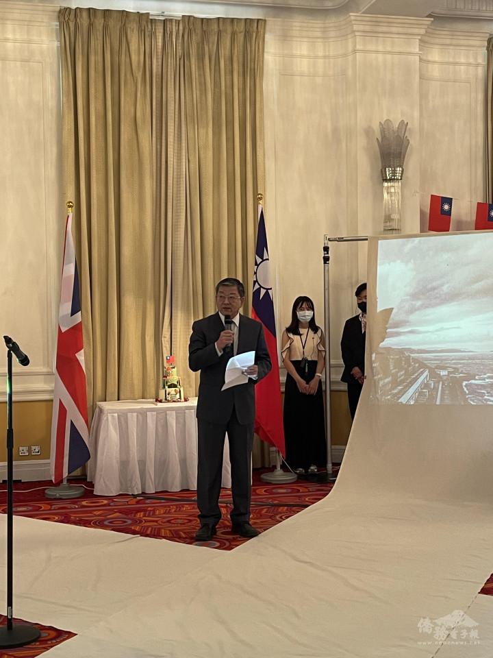 駐英國代表處大使謝武樵感謝今年籌備會主任委員周柏銳不辭辛勞地接下這個重擔、團結僑社來共同慶祝雙十。