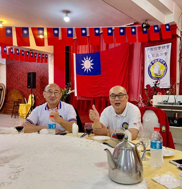 華僑協會總會巴拉圭分會會長朱榮卿(右)致詞感謝旅巴拉圭臺灣商會會長陳正華(左)等在座嘉賓蒞臨