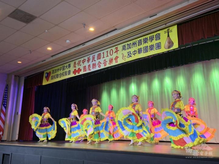 舞蹈表演吸引觀眾目光