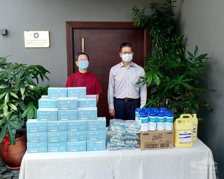 駐汶萊代表處李憲章大使轉交代表處及汶萊臺灣商會共同捐贈汶萊詩里亞中正中學防疫物資