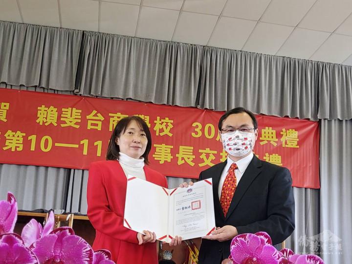 大使賀忠義代委員長童振源致頒王鈺淳老師連續服務十年優良教師感謝狀