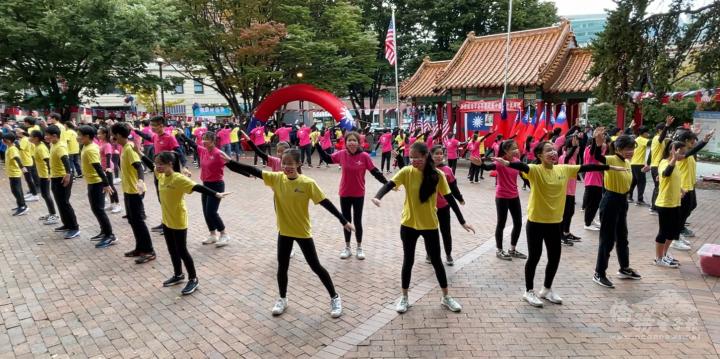 西雅圖青年文化志工FASCA帶來「擁抱世界擁抱你」精彩舞蹈表演