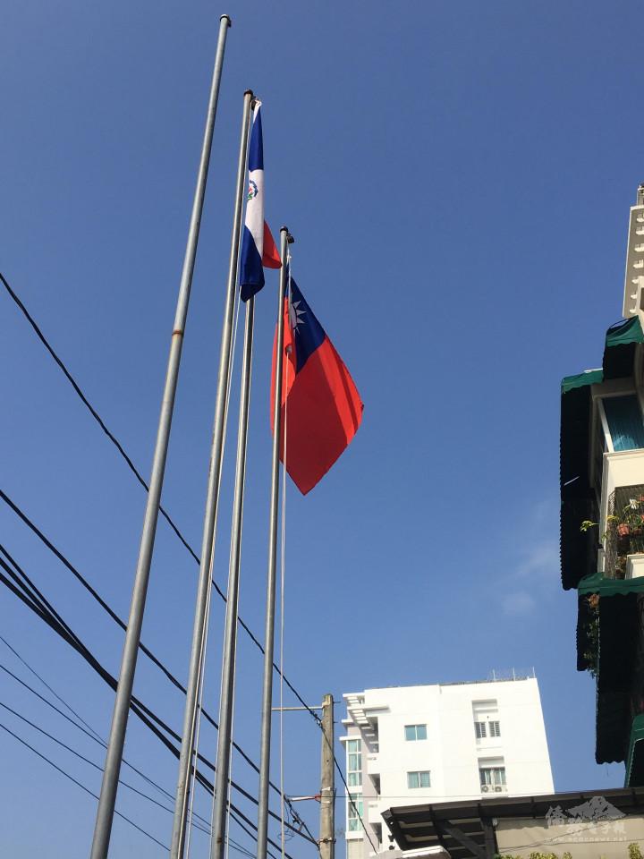 升旗儀式在天空中飄揚的兩國國旗