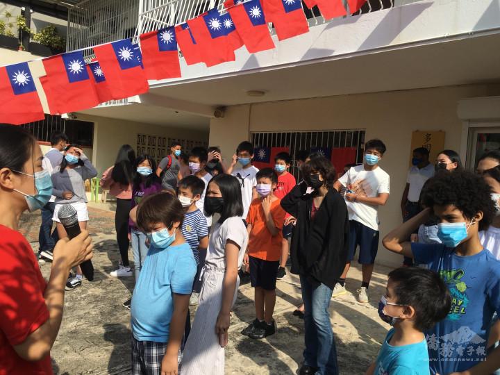 參與升旗典禮的學校師生