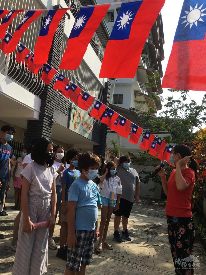 朱瑤琳老師(右)主持升旗典禮並致詞