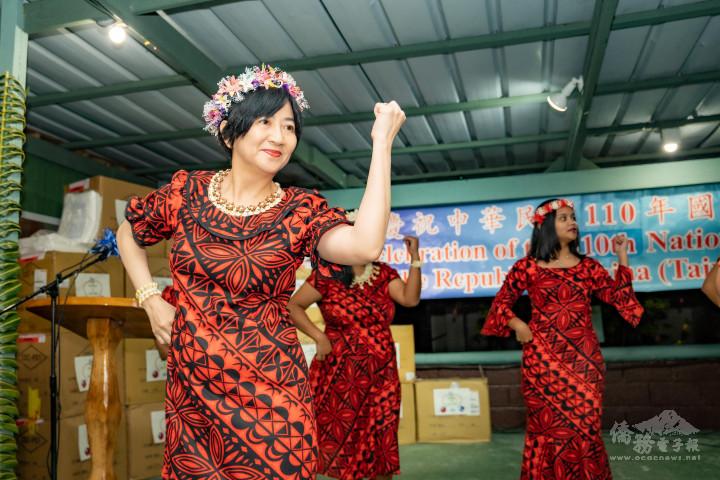 蕭大使夫人、館員眷屬與外貿部一同表演馬紹爾當地舞蹈