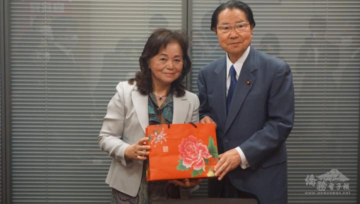 蕭悧悧會長(左)也贈送禮物給衛藤會長(右)