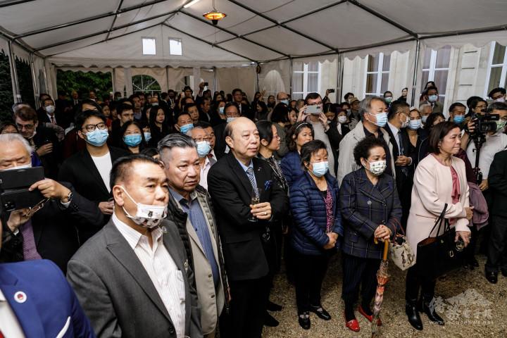 參加國慶酒會的僑胞們聆聽吳志中致詞。
