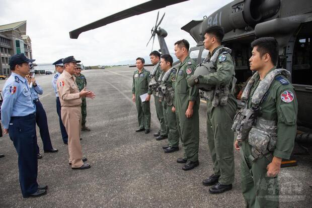 參謀總長黃曙光上將前往花蓮基地,指導搜救作業。