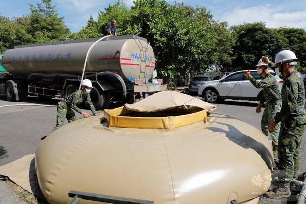 陸軍54工兵群支援南部產業園區機動式淨水設備。
