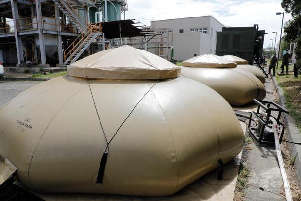 機動式淨水設備配賦水囊,每個水囊可儲3000加侖水量。