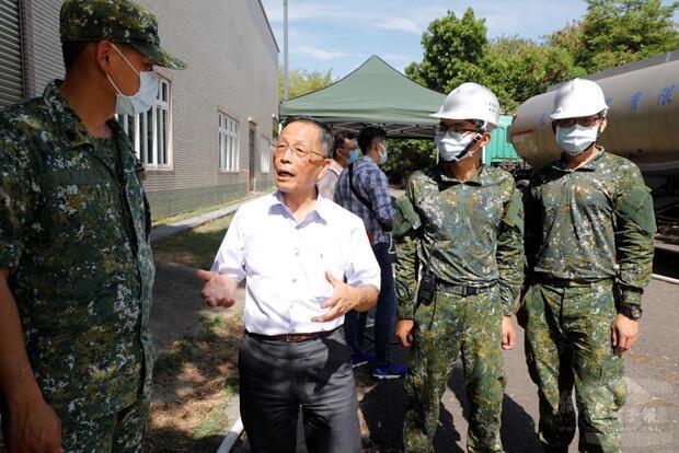 本洲產業園區服務中心主任黃志華感謝國軍適時支援機動式淨水設備。
