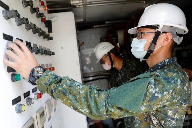 陸軍54工兵群支援南部產業園區機動式淨水設備,已開始產水。