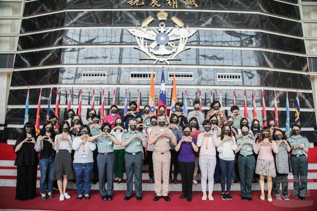 國防部常務次長李宗孝中將與同仁合影。