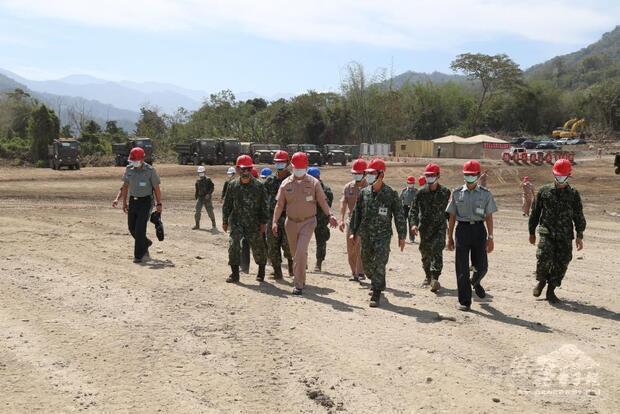參謀總長黃曙光上將視導陸軍54工兵群清淤部隊。
