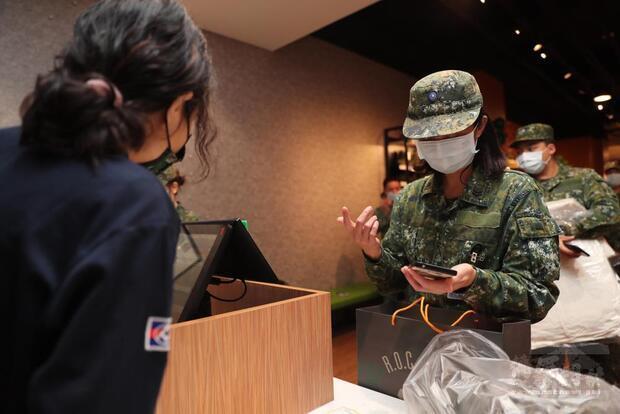 官兵透由手機APP即可獲得貼心便捷的服務。