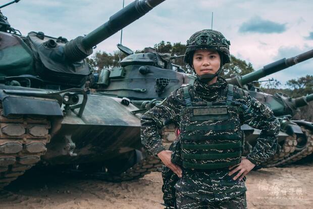 海軍陸戰隊首位戰車部隊女連長陳柔安。