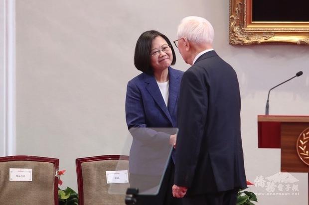 總統蔡英文(左)14日上午在總統府召開記者會,宣布由台積電創辦人張忠謀(右)再度出任APEC領袖代表,兩人握手致意。(中央社提供)