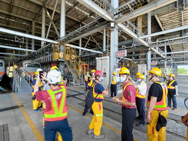 台南市消防局轄管台南鐵道各消防大隊逾30名消防人員,移師台鐵管理局屏東潮州基地進行火車救援訓練,確立重型救援行動方案,建立安全有效的搶救行動。(台南市消防局提供)