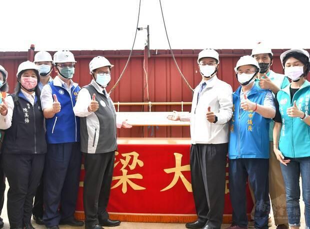 內政部長徐國勇(右三)在桃園市長鄭文燦(左三)的邀約下,出席中路三號社宅上梁典禮。
