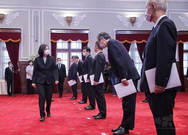 總統主持「新任行政院政務人員、國家安全局局長及駐外大使宣誓典禮」