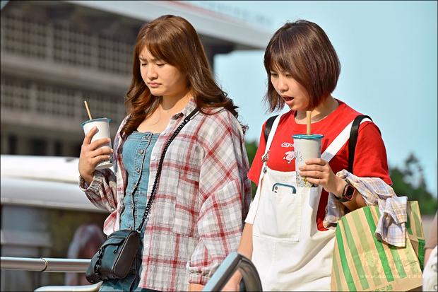 台灣近來熱成紅番薯,路上人手一杯手搖飲料消暑,但專家提醒,酸味和加配料的飲品熱量較高,民眾喝下肚前要三思。(自由時報提供)
