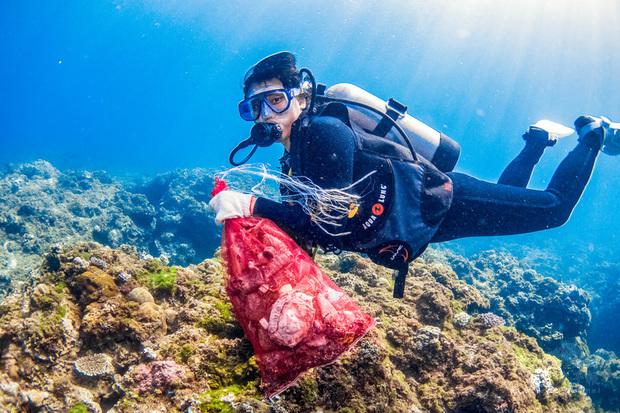 屏東縣潛海戰將淨海大聯盟目前共招募79名潛水員,聯手縣轄22處海岸巡防單位組成海洋應變聯盟,共同協助清除海洋廢棄物,守護海洋生態環境。(中央社提供)