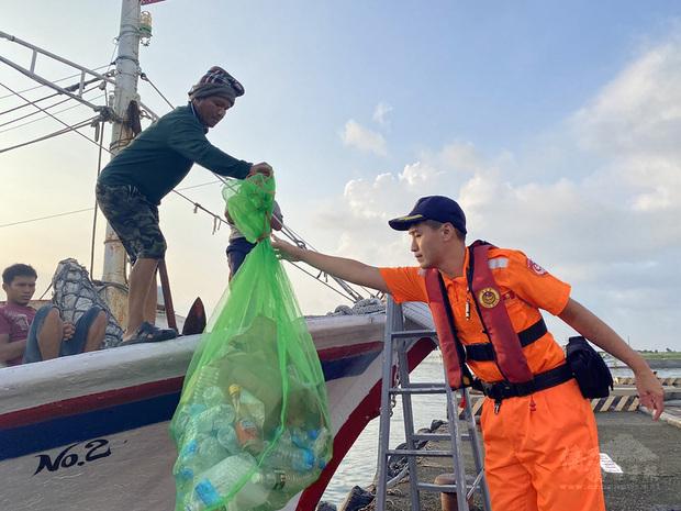 屏東縣政府成立環保艦隊至今已有478艘漁船或漁筏加入行列,數量排名全國第2,也是6都以外,全國環保艦隊數量最多縣市。(中央社提供)