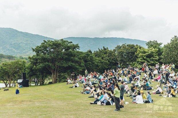 池上春耕野餐節每年都吸引不少民眾前往大坡池感受藝術盛宴。(池上鄉文化藝術協會提供)