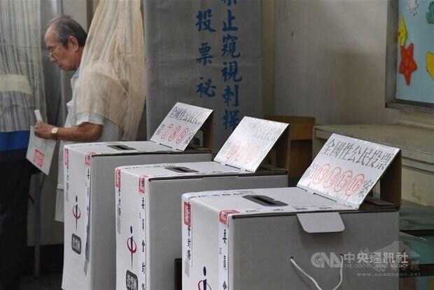 中央選舉委員會7日公布,珍愛藻礁公投案、反萊豬公投案與公投綁大選公投案全部都跨過成案門檻。