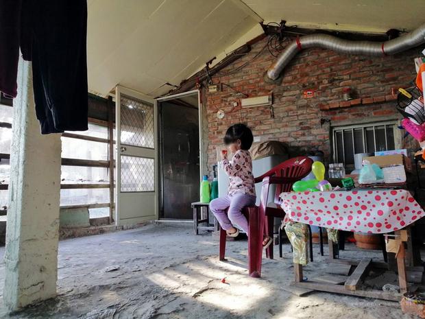 雲林縣四湖鄉3歲鄭小妹與父母、阿嬤住在老舊豬舍改建的矮房,鄭小妹畫出心目中的新家,台灣希望義工團將協助圓夢。(台灣希望義工團提供)