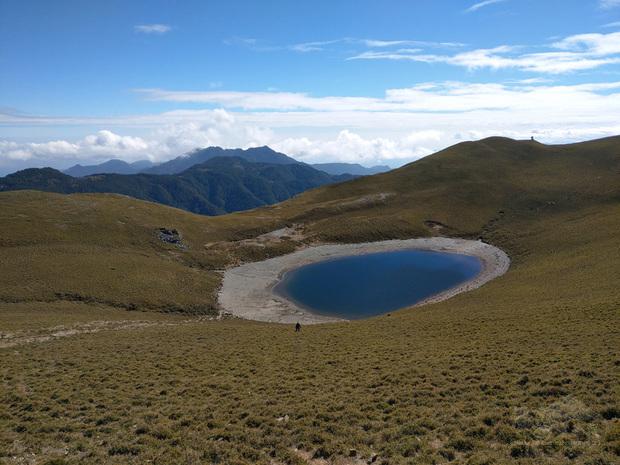 嘉明湖國家步道是台灣熱門的登山步道,也是喜愛登山民眾心中夢想一生一定要去一次的高山湖泊。台東林管處推出「嘉明湖步道登山證書」,即日起山友在體驗步道旅程後,提供照片即可申請。(台東林管處提供)