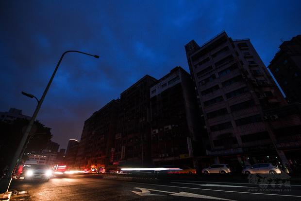 高雄興達電廠部分機組13日下午意外跳機,影響全台供電,400萬戶約5小時處於限電狀態。圖為台北市萬華區龍山國中前南寧路部分路段,至晚間7時仍停電。
