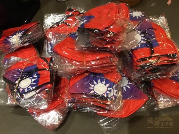 張吳雪娥捐贈國旗口罩協助旅外國人共抗疫情。