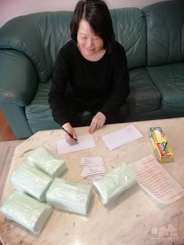 墨爾本客家聯誼會會長江秀琴協助寄送口罩。