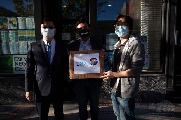 林辛承(右)代表世臺聯合基金會捐贈臺灣製布口罩予芝加哥市第25區。