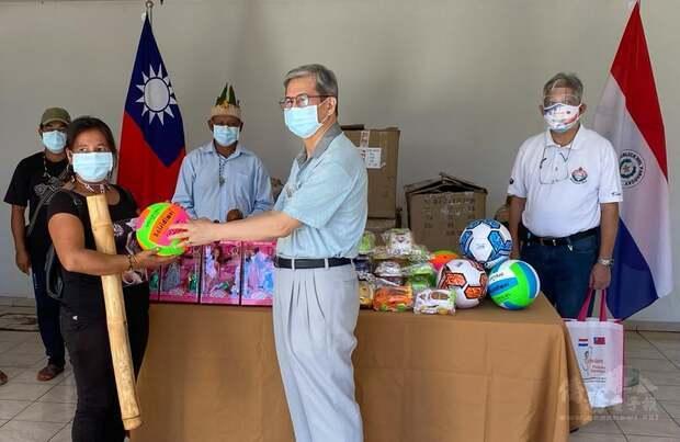 Taiwan Puede Ayudar 基金執行長郭鳳文僑務諮詢委員,與巴拉圭原住民部落代表合影。