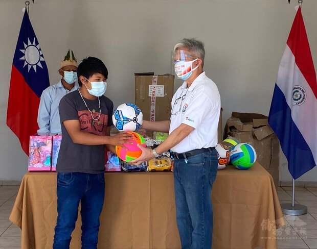 東方市中華會館司徒梓明理事長,與巴拉圭原住民部落代表合影。