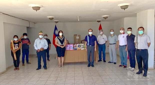 張俊彬總領事帶領旅巴拉圭臺灣僑民代表,捐贈兒童玩具乙批,由Cristina Rojas de Gimenez市議員與來自原住民部落的代表,共同接收此捐贈物資。