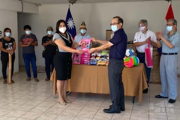 駐東方市總領事館張俊彬總領事,與埃爾南達里亞斯市(Hernandarias)Cristina Rojas de Gimenez市議員合影。