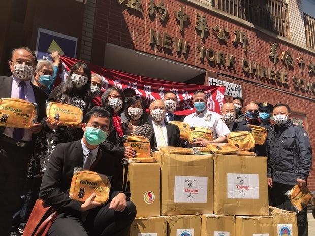 大紐約區僑界急難救助協會捐贈250個關懷防疫包給紐約市警察5分局。