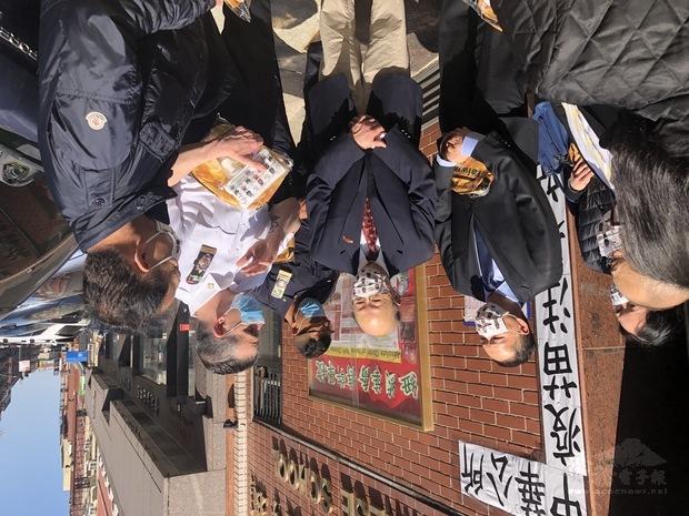 紐約市警察5分局感謝大紐約區僑界急難救助協會捐贈250個關懷防疫包,從左至右:華僑文教中心主任陳永豐、紐約中華公所主席于金山、紐約市警察5分局受贈代表、急難救助協會副會長林再傳。