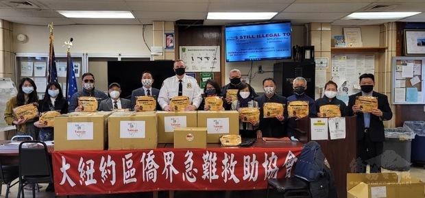 大紐約區僑界急難救助協會捐贈250個關懷防疫包給紐約市警察109分局。