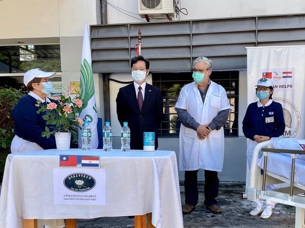 慈濟志工楊忍孌(右1)、Marta Delgado Meza(左1)代表捐贈病床,INERAM醫院院長Felipe Gonzalez(右2)代表接受,駐巴拉圭大使館公使張自信 (左2)應邀出席見證。