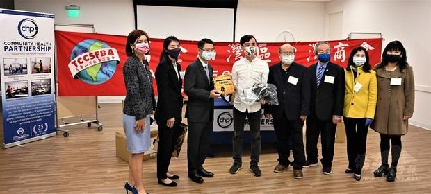 周信結(右4)及李盈興(左3)、徐廣梅(左2)捐贈僑委會防疫關懷包及福沙熊致贈州眾議員李天明(左4)