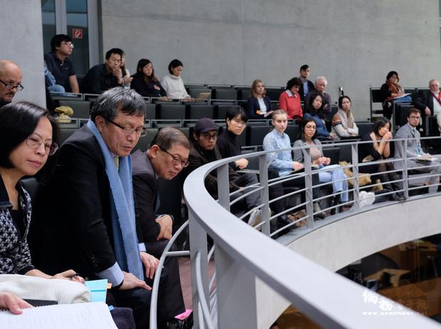 德國國會舉行與台灣建交請願案的公聽會,駐德代表謝志偉(左2)在旁聽席上專心聆聽。(中央社提供)