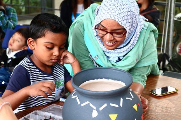 患自閉症的8歲印度男童拉哈曼(Sk.Tauseeq Rahaman)(左)在台灣心路基金會接受早期療育,母親(右)也積極參與各課程,4年來讓拉哈曼在語言理解、溝通表達與生活自理能力有明顯進步與穩定。(心路基金會新竹分會提供)