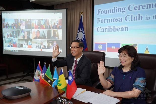 外交部常務次長曹立傑(左)代表出席加勒比海地區福爾摩沙俱樂部線上成立大會。